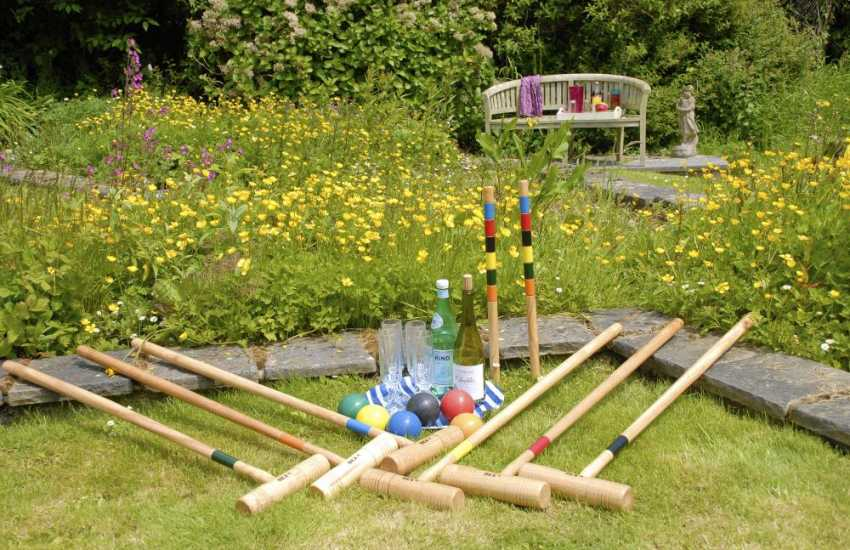 Tenby coastal holiday home - croquet
