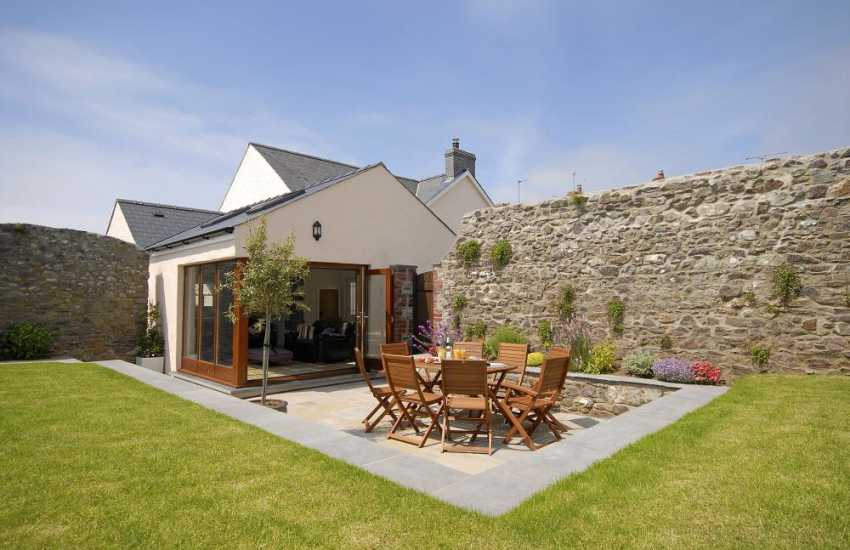 St Davids, Pembrokeshire - holiday cottage with sheltered enclosed patio and lawns - pets welcome