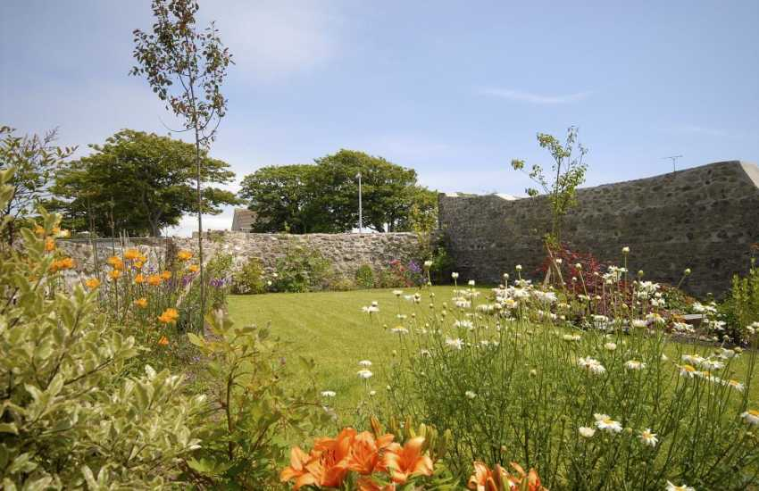 Pet friendly North Pembrokeshire holiday cottage with gardens