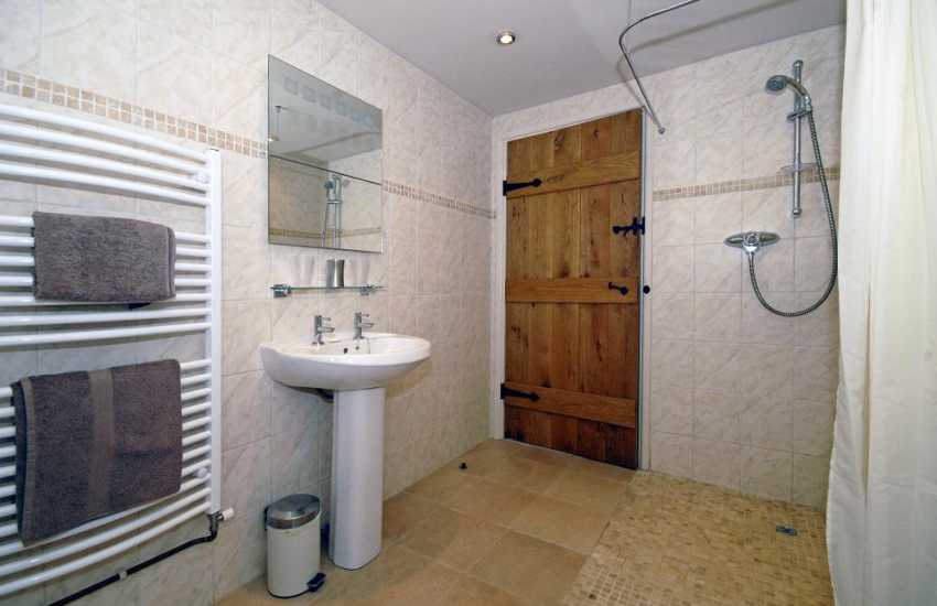 Narberth holiday cottage - first floor ensuite bathroom
