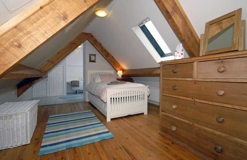 Self catering Narberth sleeps 4 - en-suite twin (with 'pull out' truckle bed)