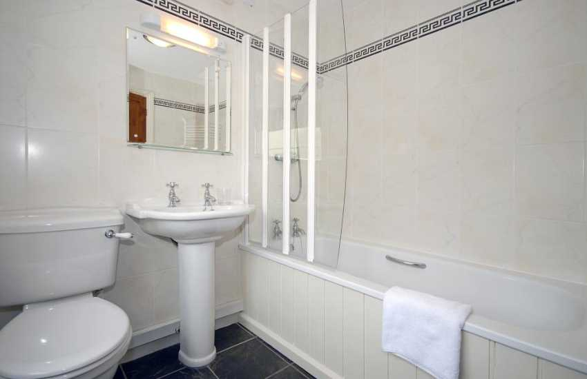 Porthgain holiday house - first floor family bathroom