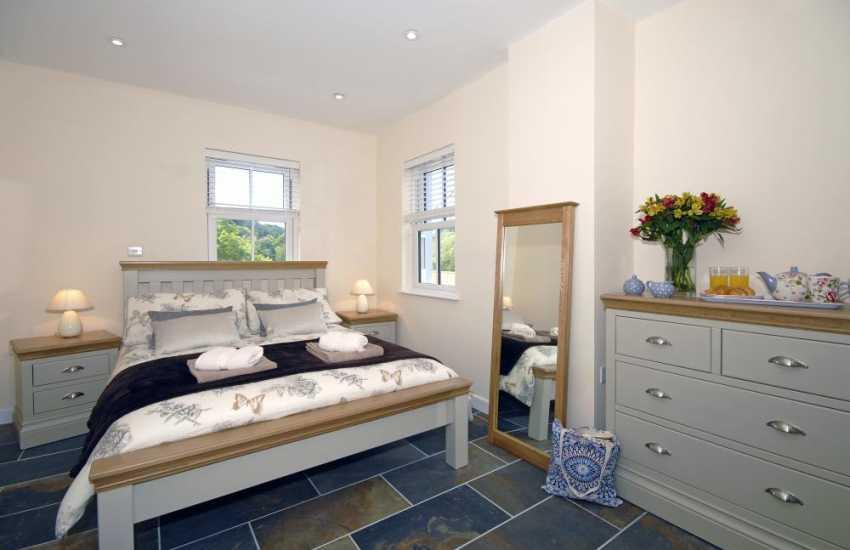 Newport, Pembrokeshire holiday cottage - ground floor master en-suite double