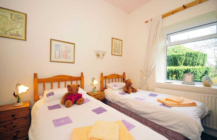 Holiday cottage near Princes golf course Beaumaris - twin bedroom