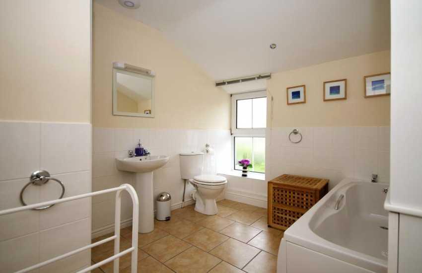 Criccieth holiday cottage - bathroom