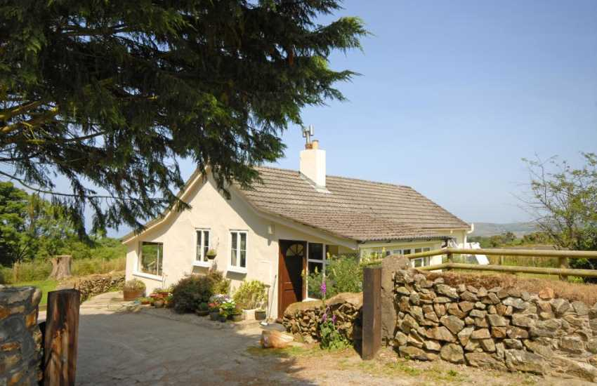 Preselli Hills holiday cottage with garden - pets welcome