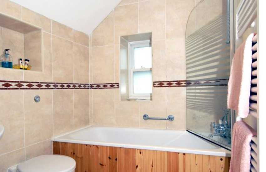 St Davids holiday cottage - family bathroom