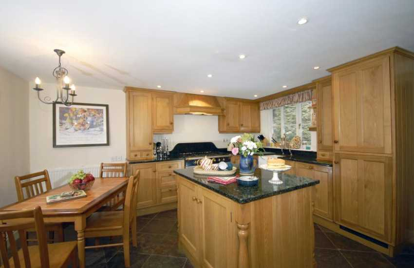 Self-catering holiday cottage in St Davids - Oak kitchen with granite worktops