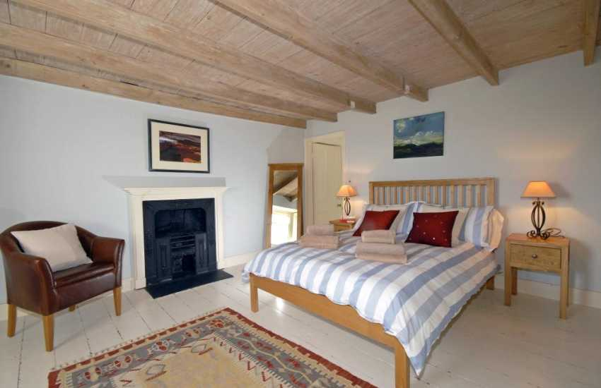 North Pembrokeshire holiday home sleeps 6 - master en-suite bedroom