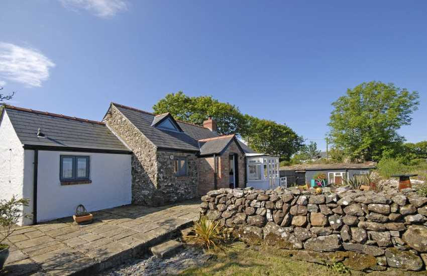 North Pembrokeshire coastal holiday cottage with gardens - pets welcome