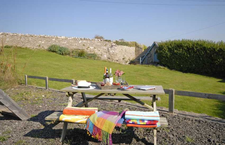 Ogmore on Sea  holiday cottage with large gardens - pets welcome