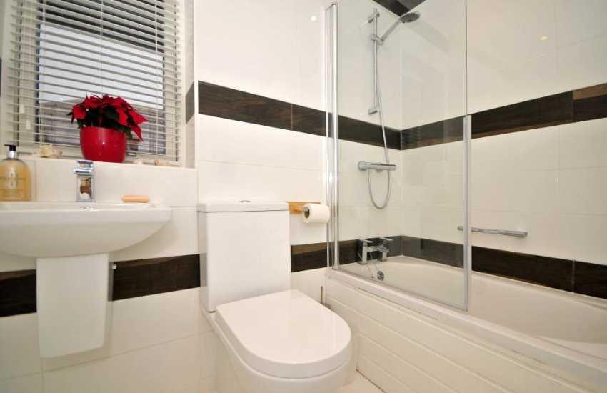 Rhosneigr holiday house - bathroom