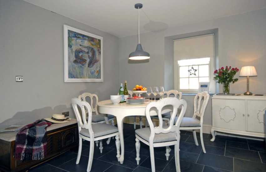 St Davids self catering cottage - dining area with seating for 6