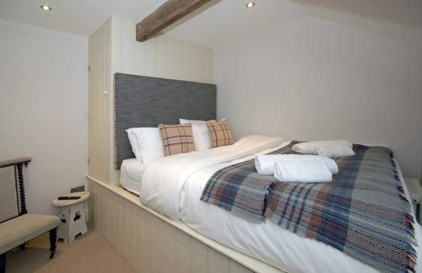 Coastal cottage Pembrokeshire sleeping 6 - kingsize bedroom with t.v