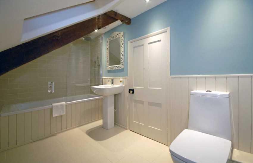 Pembrokeshire holiday farmhouse - 2nd floor double en-suite bathroom