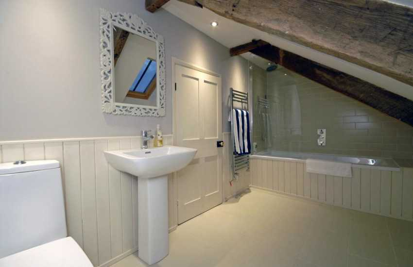 St Davids holiday farmhouse - 2nd floor king size en-suite bathroom