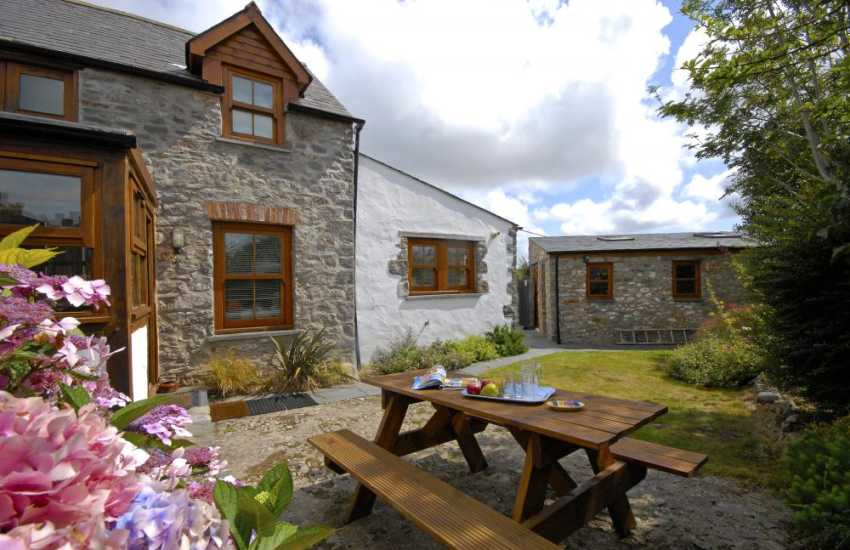 Coastal cottage in Pembrokeshire - private gardens and pets welcome