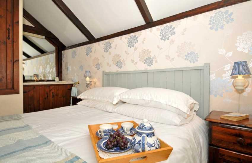 Solva holiday cottage - bedroom