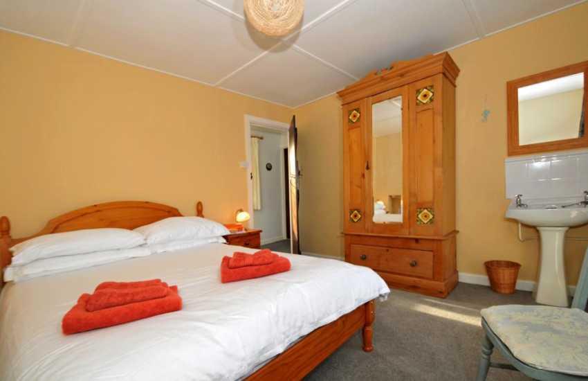 Welsh coastal path cottage - bedroom