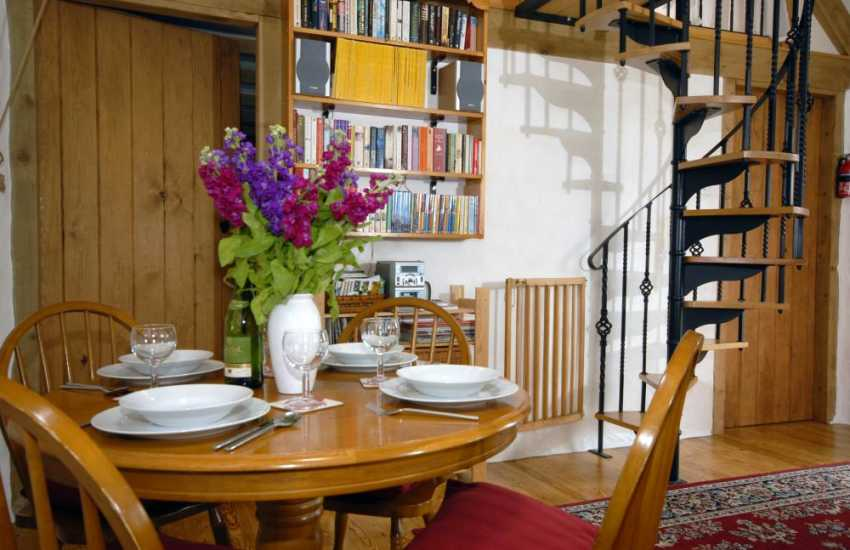 Strumble Head self-catering cottage - dining area