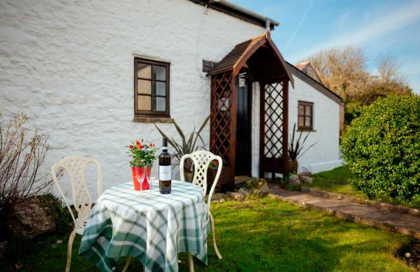 17 Century Welsh cottage perfect for two and dog friendly - exterior