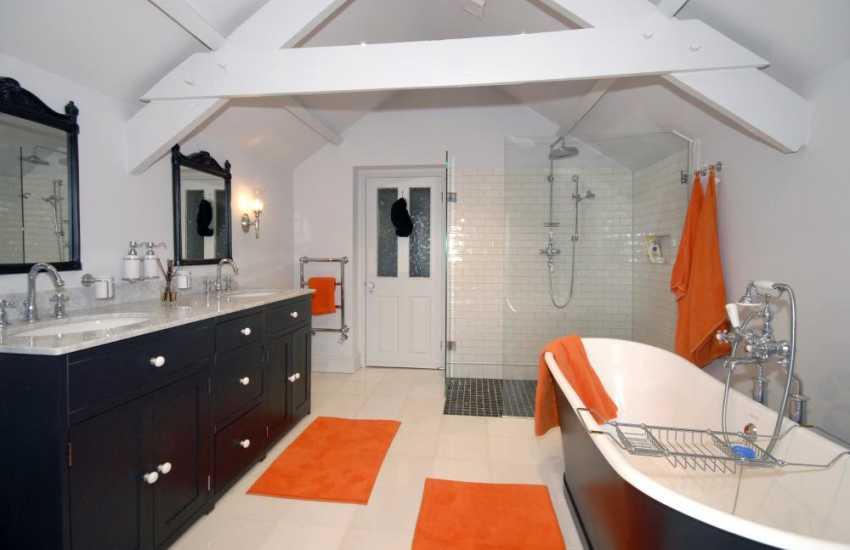 Saundersfoot holiday home - master en-suite luxury bathroom with separate shower