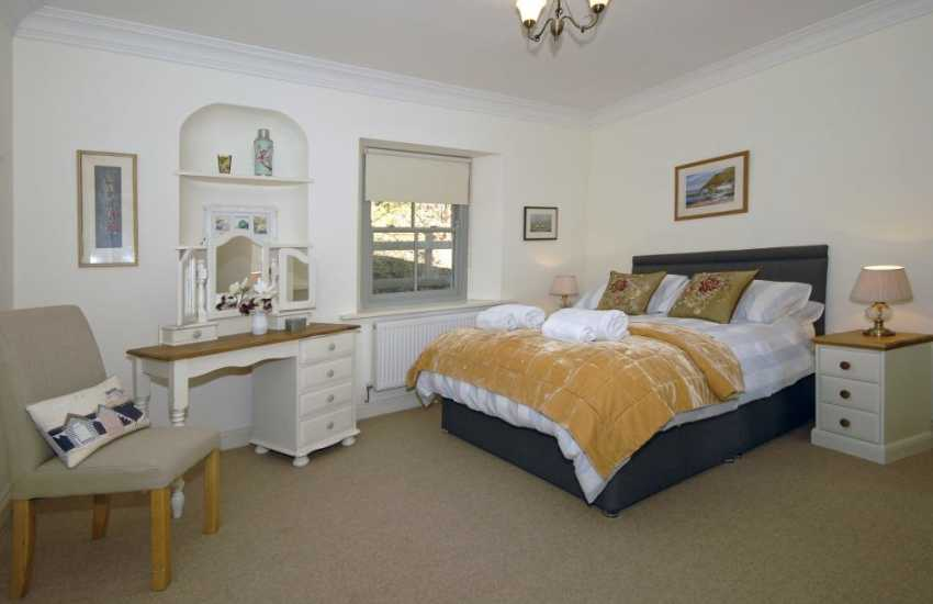 Burton family holiday cottage sleeps 6 - 5'double bedroom with en-suite shower