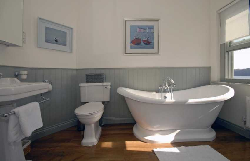 Pembrokeshire riverside holiday home - twin en-suite bath/shower room