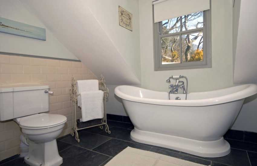 South Pembrokeshire holiday home - master en-suite bath/shower room