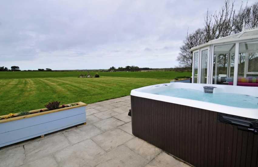 North Wales pet friendly holiday house - hot tub