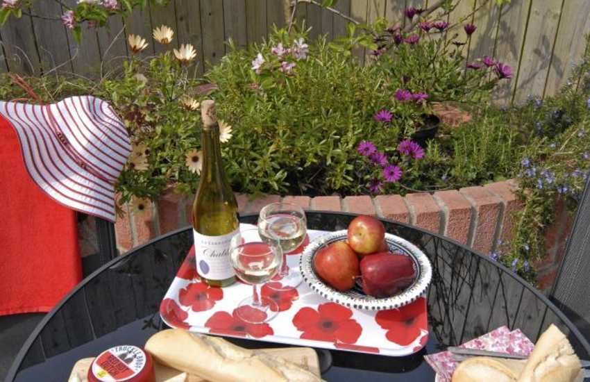 Al fresco dining at Penberry cottage near Whitesands beach