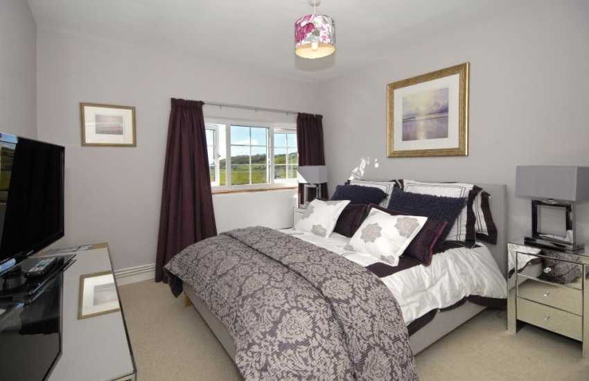 Llansteffan large holiday house sleeps 10 - double with countryside and river views