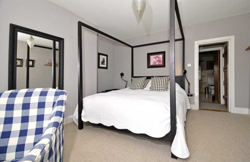 Luxury holiday house Brecon Beacons - kingsize bedroom