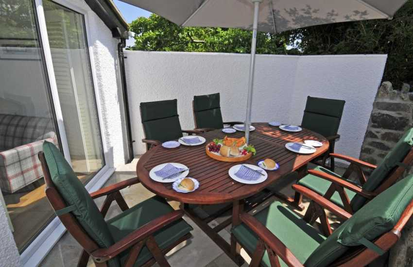 Holiday cottage by the sea Wales - patio