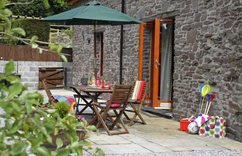 Holiday cottage near Laugharne with patio and gardens gardens - dogs are welcome