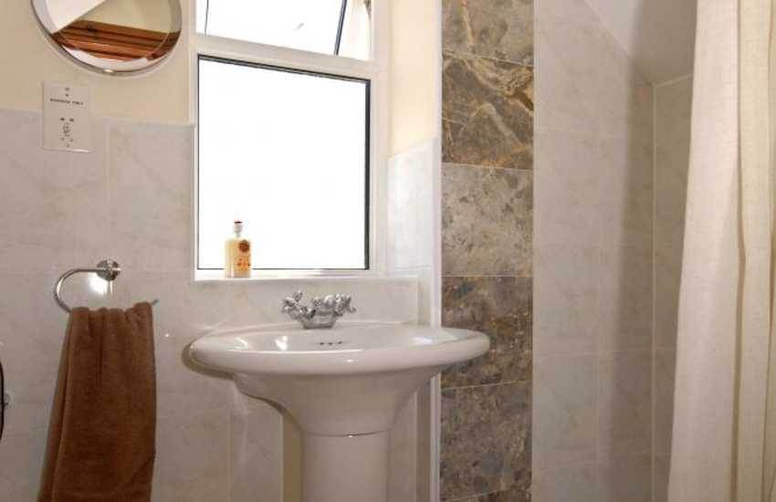 Cardigan Bay holiday cottage - double en-suite shower