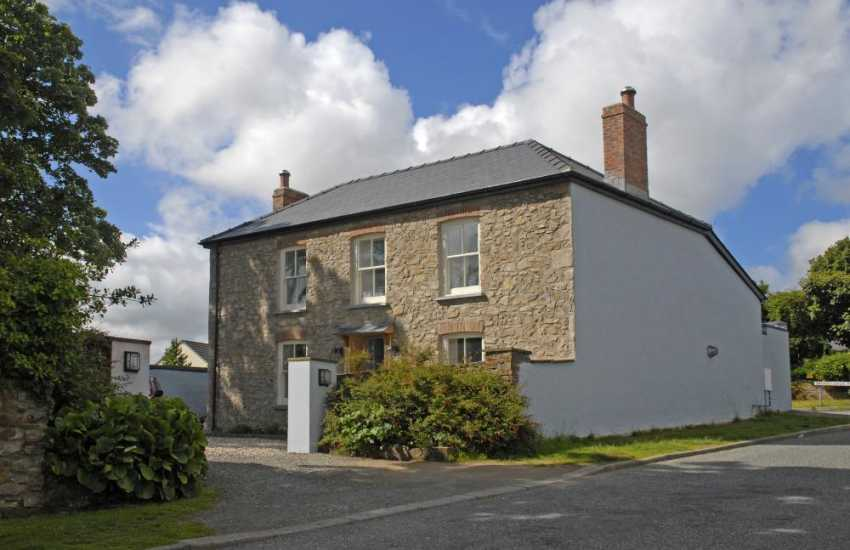 Restored Pembrokeshire cottage with lawn gardens - dogs welcome