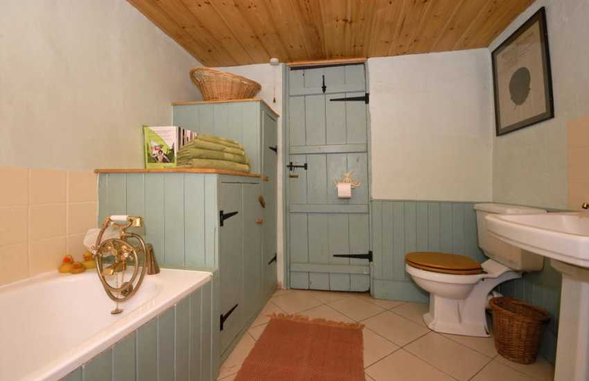 Carmarthenshire holiday cottage - family bathroom