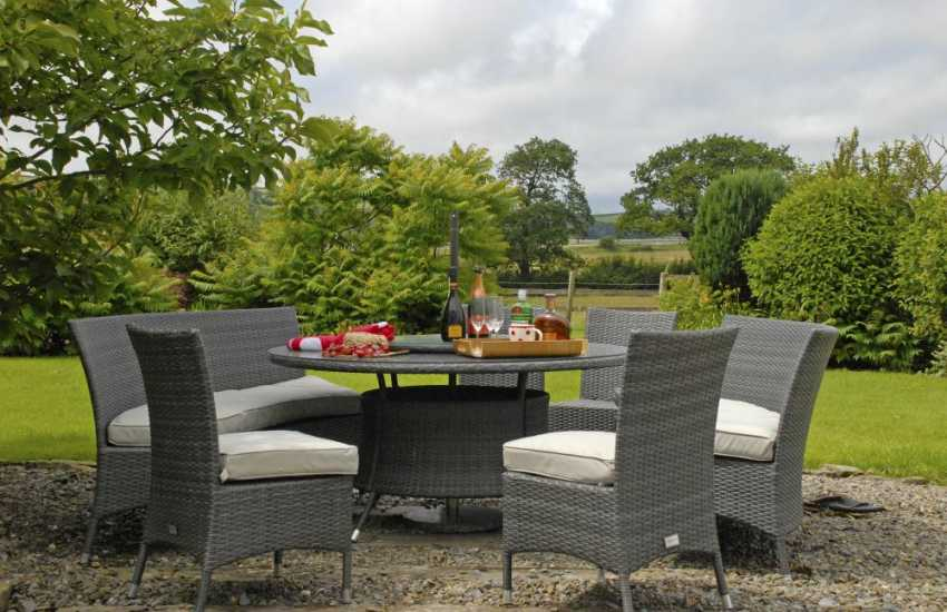 Relax in luxurious comfort at Mwche Farmhouse, Llansteffan
