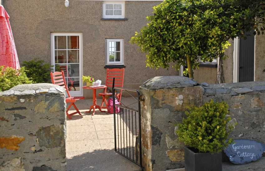 Pembrokeshire farm holiday cottage with enclosed private patio