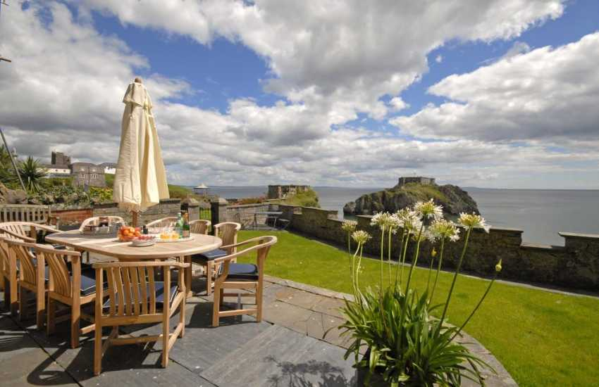 Tenby holiday home with views over St Catherines Island from the garden - dogs welcome