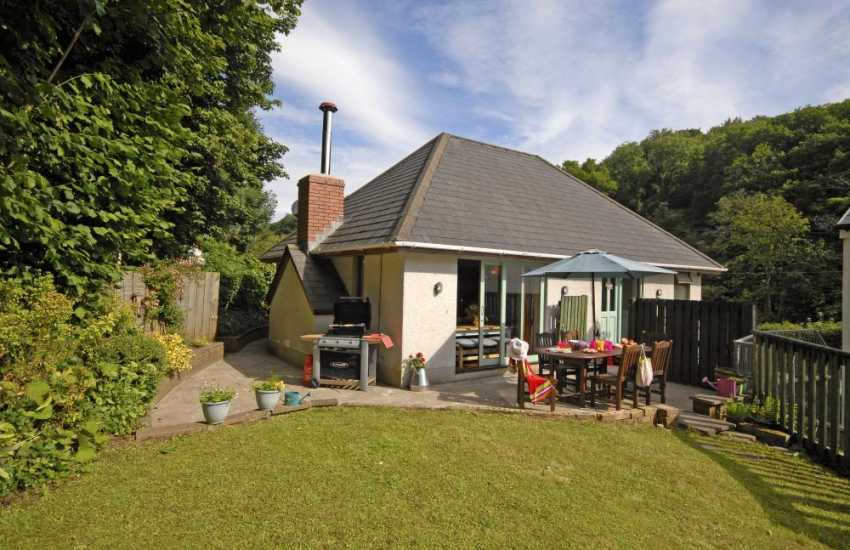 Gower holiday apartment with large enclosed gardens - pets welcome