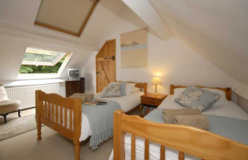 Three Cliffs Bay, Gower apartment sleeping 10 - loft twin bedroom with t.v.