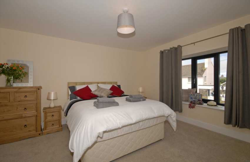 North Pembrokeshire apartment sleeps 4 - master double bedroom