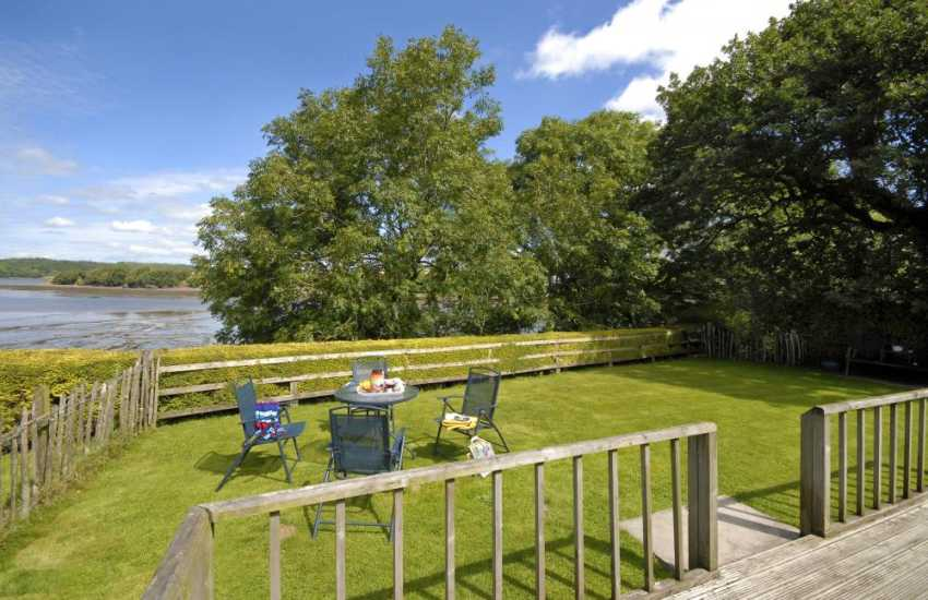 Lawrenny - restored cosy holiday cottage with private sheltered gardens