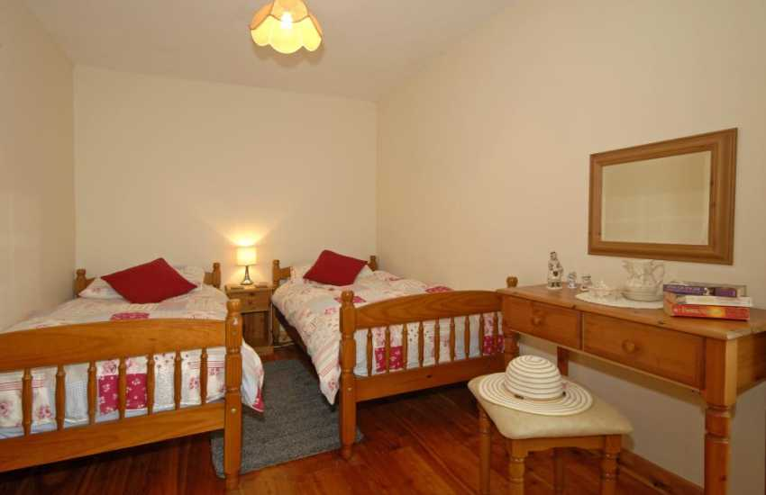 Landshipping Quay holiday cottage sleeping 4 - twin en-suite bedroom