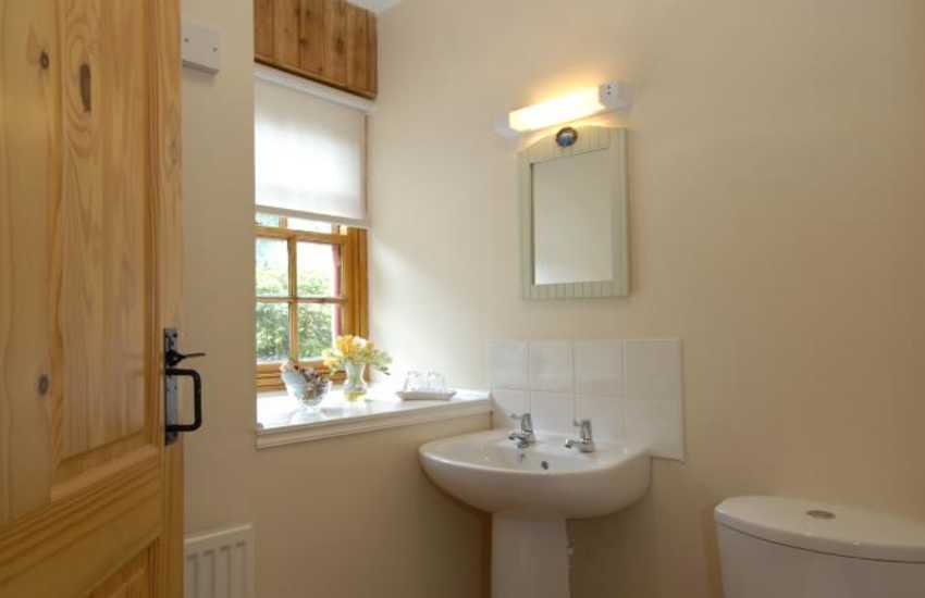 Holiday cottage on the Secret Waterway - twin en-suite shower room