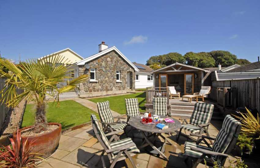 Manorbier holiday bungalow with gardens and sea view