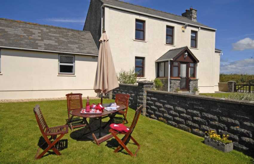 Pembrokeshire holiday farmhouse nearPorthgain - dogs welcome