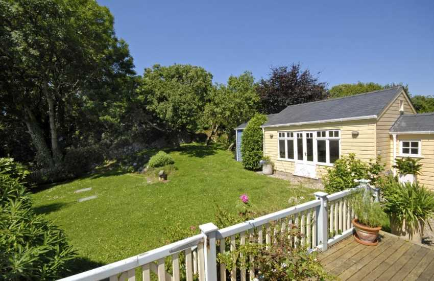 Manorbier holiday cottage with private gardens - pets welcome